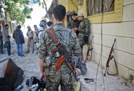 Combattants-kurdes-se-rassemblent-dans-une-rue-de-la-ville-de-kobane-assiegee-par-des-membres-du-groupe-etat-islamique-le-7-novembre-2014